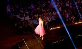 站立在狭小通道的美好的年轻模型在时装表演 时装表演在斯洛伐克, Ruzomberok,日期9月10日 免版税库存图片