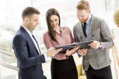 站立在现代办公室的小组买卖人 免版税库存图片