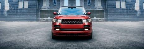 站立在现代大厦附近的优质汽车在城市 免版税图库摄影