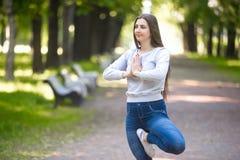 站立在瑜伽树姿势的少妇画象 免版税图库摄影