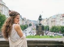 站立在瓦茨拉夫广场,布拉格的嬉皮妇女游人 免版税库存照片