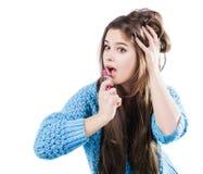 站立在白色背景和拿着一支红色唇膏的一件蓝色毛线衣的美丽的女孩 被洗染的嘴唇 库存图片