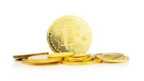 站立在白色背景的边缘的金黄bitcoin硬币特写镜头  库存图片