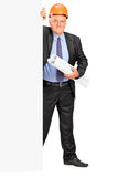 站立在盘区后的成熟建筑工人 免版税库存图片