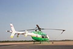 站立在着陆带的直升机在机场 免版税库存照片
