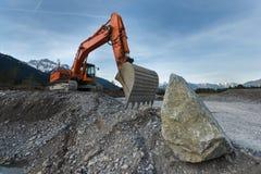 站立在石渣的巨大的铁锹挖掘机 库存图片