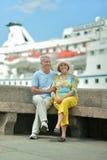 站立在码头的夫妇 免版税库存照片