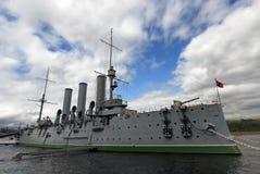 站立在码头的社论照片巡洋舰极光在圣彼德堡,做在2008年7月 库存图片