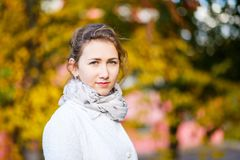 站立在秋天公园的年轻十几岁的女孩 免版税库存图片