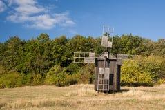 站立在秋天森林边缘的风车 免版税库存图片