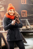 站立在秋天风景的微笑的妇女 免版税库存照片