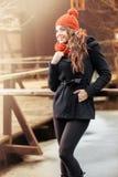 站立在秋天风景的微笑的妇女 库存图片