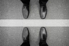 站立在空白线路的两个人 免版税库存照片