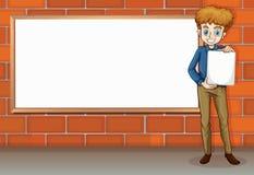 站立在空的whiteboard旁边的一个高商人 图库摄影