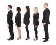 站立在线的穿着体面的买卖人 免版税库存图片