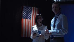 站立在美国旗子的人们 股票视频