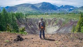 站立在老火山火山口顶部的小姐远足者享受美好的夏天风景看法  搭车妇女的高速公路 库存图片