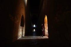 站立在老Bagan的窗口的未认出的修士 免版税库存照片