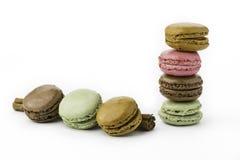 站立在肉桂条的甜和五颜六色的法国蛋白杏仁饼干 库存图片