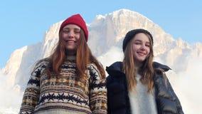 站立在背景山和摆在的两名年轻微笑的妇女 股票录像