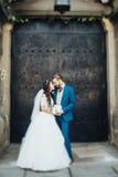 站立在背景教会门的新娘 免版税图库摄影