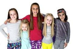 站立在胳膊愉快美丽的五个女孩画象胳膊 免版税库存图片