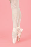 站立在脚趾的跳芭蕾舞者,当跳舞艺术性的conversi时 免版税库存照片