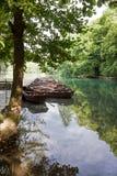 站立在船坞的小船在湖- Plitvice (克罗地亚) 库存图片