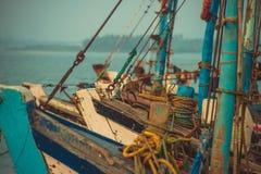 站立在船坞的渔船的鼻子在背景Ar中 图库摄影