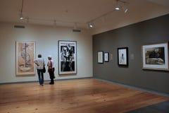 站立在艺术品,波特兰美术馆,缅因前面的两名妇女, 2016年 库存照片