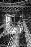 站立在艾菲尔铁塔游览埃菲尔蓝天云彩下染黑  库存照片