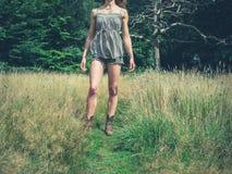 站立在草甸的少妇 库存图片