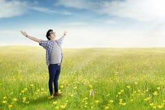 站立在草甸的年轻人 库存照片