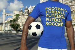 站立在萨尔瓦多巴西的巴西橄榄球足球运动员 图库摄影