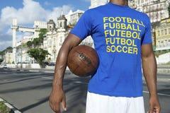 站立在萨尔瓦多巴西的巴西橄榄球足球运动员 库存图片