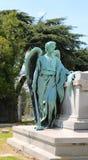 站立在葬礼土窖旁边的天使雕象 库存图片
