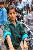 站立在街市上的地方男孩在法泰赫普尔西克里, Uttar 图库摄影