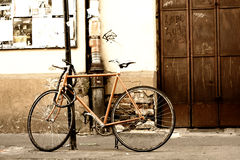 站立在街道上的老自行车 库存照片