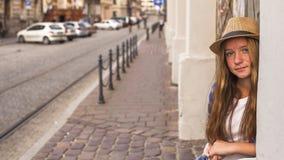 站立在街道老镇的年轻逗人喜爱的女孩 旅行 免版税库存图片