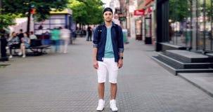 站立在街道街市和看照相机的帅哥定期流逝 影视素材