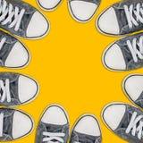 站立在街道,都市青年lifetyle上的小组青年人 库存照片