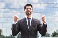 站立在衣服的成功的商人或工作者在办公楼附近 库存照片