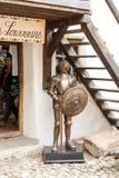 站立在被加强的教会Prejmer的外面庭院里的骑士雕象在Prejmer市在罗马尼亚 免版税库存照片