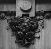 站立在角落的花卉装饰 免版税库存照片