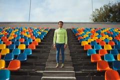 站立在训练凝视以后的绿色衬衣的人在领域 库存照片