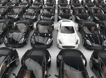 站立在许多黑汽车中的白色汽车 免版税库存照片