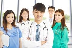 站立在诊所或医院的专业医生队 库存照片