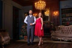 站立在豪华内部的美好的穿着体面的年轻夫妇步 库存照片