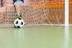 站立在足球目标的年轻男孩 免版税图库摄影