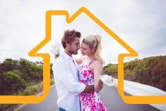 站立在路拥抱的逗人喜爱的夫妇的综合图象 免版税库存图片